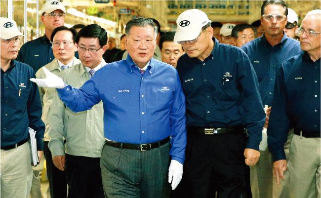 2014년 8월 미국 앨라배마주 현대차 생산 공장을 찾은 정몽구 당시 현대자동차그룹 회장(앞줄 왼쪽). [사진 제공 · 현대자동차]