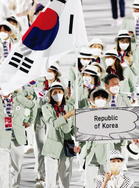 '감동으로 하나 되다(United by Emotion)'라는 슬로건을 내건 2020 도쿄올림픽 개막식이  7월 23일 도쿄 올림픽스타디움에서 열렸다. 대한민국 선수단이 입장하는 모습. [올림픽사진공동취재단=동아일보]