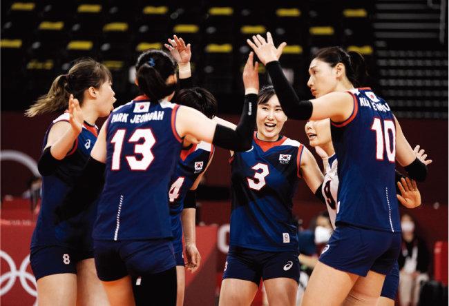 여자 배구대표팀 선수들이 7월 27일 도쿄 아레아케 아레나 경기장에서 열린 케냐와 조별리그 2차전에서 승리한 후 기뻐하고 있다. [올림픽사진공동취재단=동아일보]