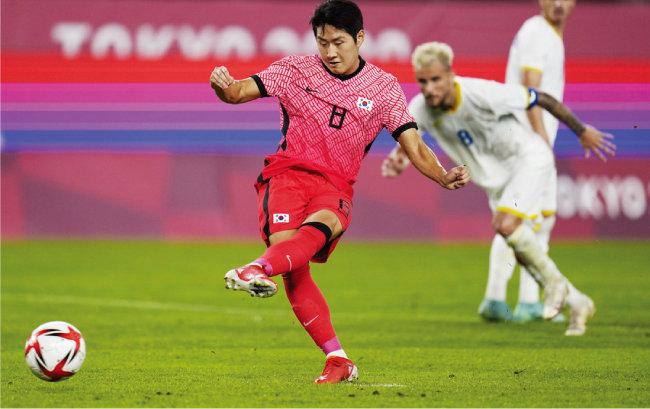 올림픽 축구대표팀 이강인 선수가 7월 25일 이바라키 가시마 사커 스타디움에서 벌어진 루마니아와 조별리그 2차전에서 페널티킥을 성공시키고 있다. 이날 한국은 4-0 대승을 거뒀다. [AP=뉴시스]