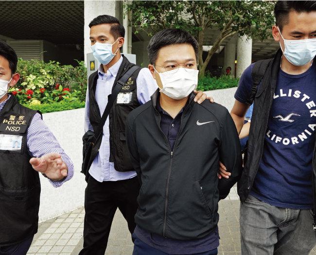 6월 17일 홍콩 경찰이 보안법 위반 혐의로 라이언 로 '핑궈일보' 편집국장(오른쪽에서 두 번째)을 자택에서 체포했다. [AP=뉴시스]