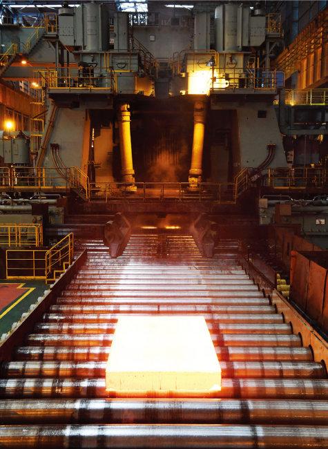 전남 광양시 포스코 광양제철소에서 생산한 철강 반제품 슬래브. [사진 제공 · 포스코]