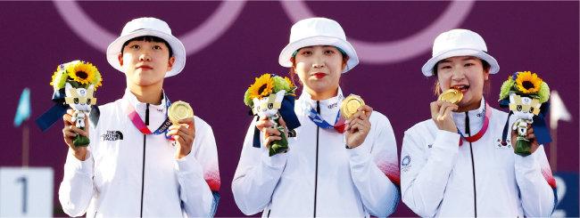 한국 양궁 여자단체전 9번째 금메달 주인공인 안산, 장민희, 강채영 선수(왼쪽부터). [뉴시스]