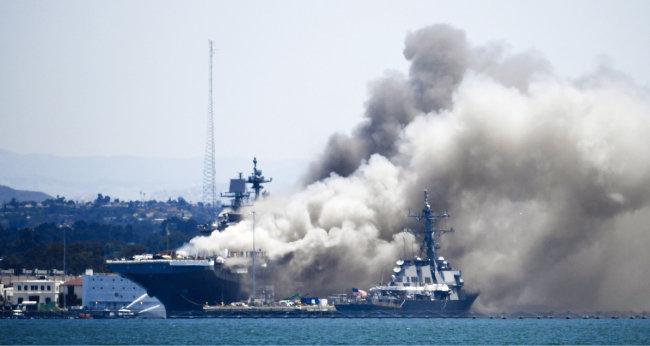 지난해 7월 12일 미국 캘리포니아주 샌디에이고 기지에 정박 중이던 해군 상륙강습함 본험리처드함에 화재가 발생했다. [AP=뉴시스]