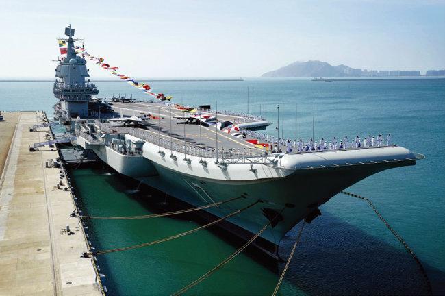 중국은 항공모함 산둥함(사진) 등 해군 전력을 강화하며 미국의 해양 패권에 도전하고 있다. [AP=뉴시스]