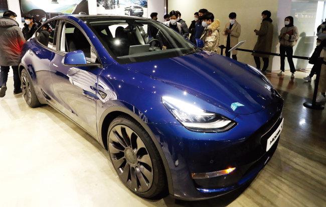 시민들이 테슬라 신형 전기차 모델Y를 구경하고 있다. [동아DB]