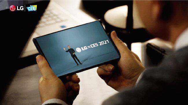 화면이 말려들어가는 'LG롤러블' 스마트폰. 올해 상반기 출시가 점쳐졌지만 LG전자 의 모바일사업 철수 결정으로 빛을 보지 못하게 됐다. [동아DB]
