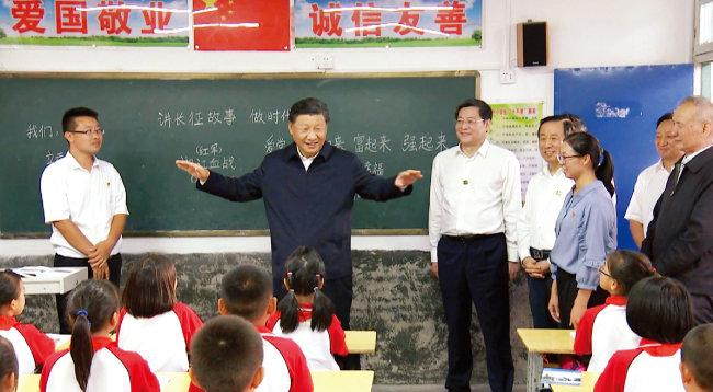 시진핑 중국 국가주석(가운데)이 후난성 한 소학교를 방문해 학생들을 격려하고 있다. [CGTN]