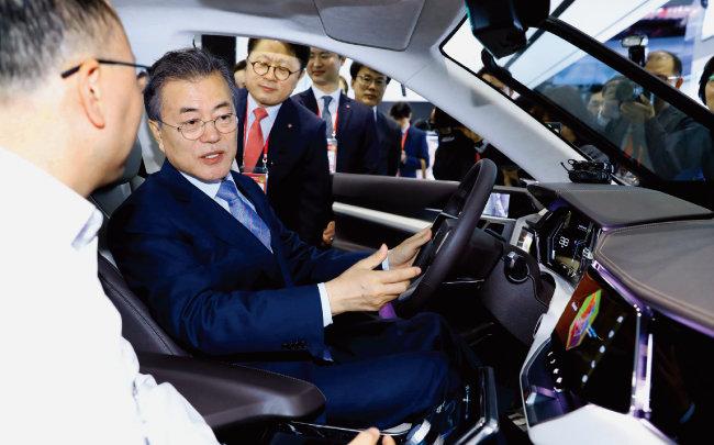 문재인 대통령이 2018년 4월 20일 서울 강서구 마곡동에 위치한 융복합 연구개발(R&D)단지 LG사이언스파크 전시관에서 운전대를 잡은 자세로 미래형 자동차에 대한 설명을 듣고 있다. [동아DB]