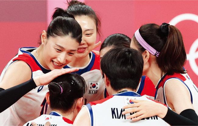 2020 도쿄올림픽에서 최선을 다하는 모습으로 감동을 선사한 김연경(왼쪽) 등 한국 여자 배구 대표팀. [뉴스1]