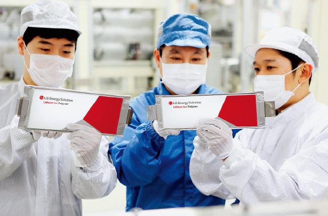 충북 청주시 LG에너지솔루션 오창공장에서 연구원들이 리륨이온 배터리셀을 점검하고 있다 [사진 제공 · LG에너지솔루션]
