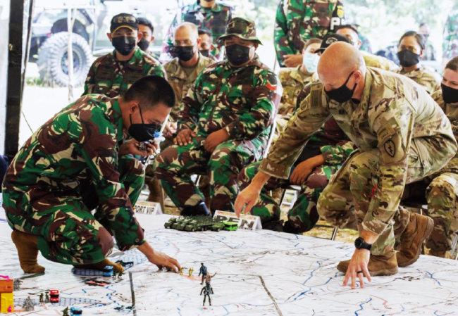 연합 군사훈련에서 미군과 인도네시아군 지휘관이 지도를 놓고 논의하고 있다. [US ARMY]
