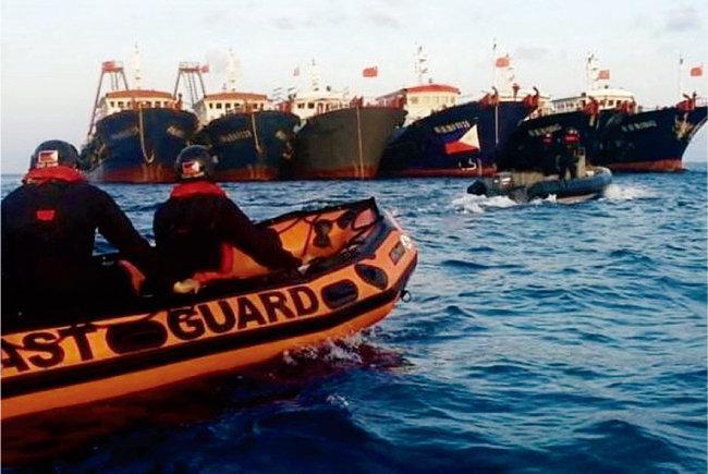 필리핀 해안경비대가 휘트선 암초 인근 해역에 정박한 중국 어선들에 접근하고 있다. [PCG]