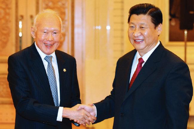 2008년 당시 시진핑 국가 부주석(오른쪽)을 만난 리콴유 싱가포르 전 총리. [신화=뉴시스]
