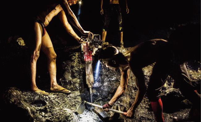 미얀마 광부들이 옥을 캐기 위해 밤샘 작업을 하고 있다. [FP]
