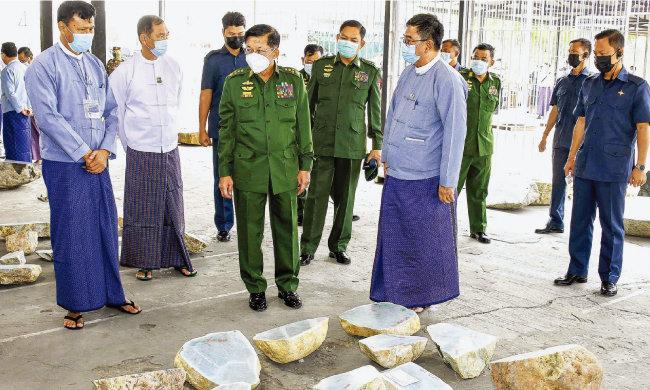 민 아웅 흘라잉 미얀마 총사령관 (앞줄 가운데)이 4월 보석박람회에서 옥 원석을 살펴보고 있다. [GNLM]
