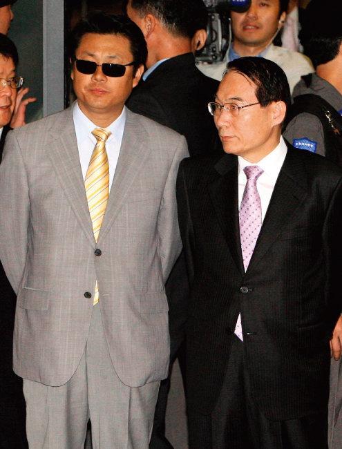 2006년 아프가니스탄 샘물교회 사건 협상에 나선 김만복 당시 국정원장(오른쪽)과 한국 협상 대표. [동아DB]