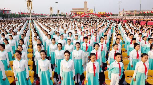 7월 1일 중국공산당 창당 100주년 기념식에 참석한 중국 학생들. [GETTYIMAGES]