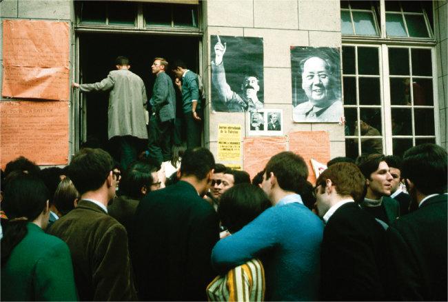 68혁명 당시 유럽 대학 캠퍼스에 나붙은 마오쩌둥 중국 주석 초상화. [GETTYIMAGES]