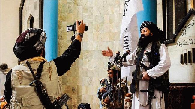 탈레반 카불 치안 책임자 칼릴 하카니(오른쪽)가 이슬람 사원 앞에서 연설하고 있다. [NDTV]