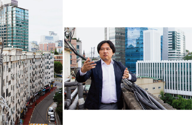문헌학자 김시덕 박사(오른쪽)가 서울 서대문구 서소문아파트(왼쪽) 옥상에서 주변 시층(時層)을 설명하고 있다. [지호영 기자]