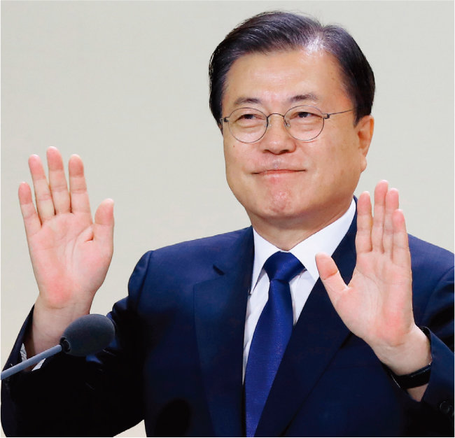 문재인 대통령이 8월 12일 청와대에서 열린 '건강보험 보장성 강화대책 4주년 성과 보고대회'에 참석해 손을 흔들고 있다. [동아DB]