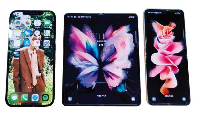 아이폰12 프로 맥스(왼쪽)와 갤럭시Z 폴드3, 갤럭시Z 플립3의 크기를 비교했다.