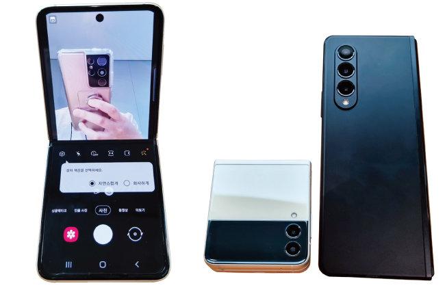 한손에 쏙 들어오는 크기가 매력적인 갤럭시Z 플립3. 셀피 놀이하기에 좋다(왼쪽). 갤럭시Z 플립3와 갤럭시Z 폴드3의 외부 카메라.