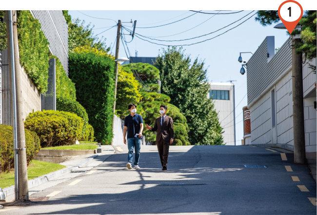9월 15일 김제경 투미부동산컨설팅 소장(오른쪽)과 기자가 서울 용산구 한남동 · 이태원동 일대 고급 단독주택가를 둘러보고 있다. [조영철 기자]
