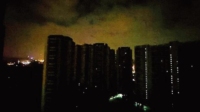 중국 광둥성 광저우시의 전력 제한 공급 조치로 아파트에 불이 들어오지 않고 있다. [웨이보]