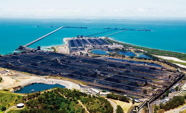 외국으로 수출될 호주산 석탄이 항구를 가득 메우고 있는 모습. [smh]