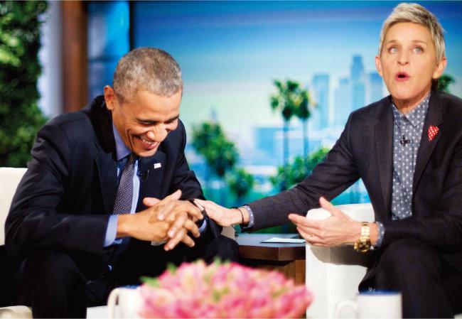 버락 오바마 전 미국 대통령(왼쪽)이 '엘런 디제너러스 쇼'에 출연해 웃고 있다. 9월 13일 시즌19를 시작한 엘렌 드제너러스 쇼는 내년 봄 19년 만에 종영한다. [뉴시스]
