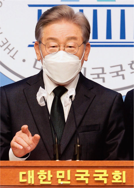 9월 14일 서울 영등포구 국회에서 이재명 경기도지사가 경기 성남시 대장동 개발사업 관련 의혹에 대해 해명하는 기자회견을 하고 있다. [동아DB]
