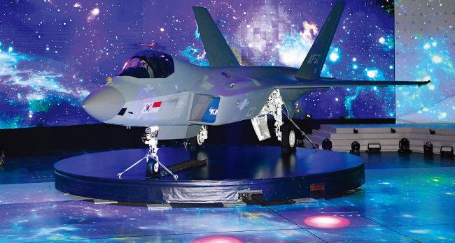 한국항공우주산업 (KAI)이 생산한 첫 국산 전투기 KF-21 '보라매'. [청와대사진기자단]