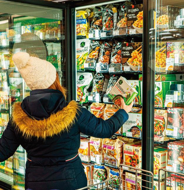 미국 대형마트에서 한 소비자가 아시아푸드존에서 비빔밥 제품을 고르고 있다. [사진 제공 · CJ제일제당]