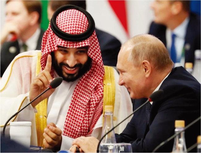 2019년 G20 정상회의에서 담소하는 무함마드 빈 살만 알사우드 사우디아라비아 왕세자(왼쪽)와 블라디미르 푸틴 러시아 대통령. [SPA]
