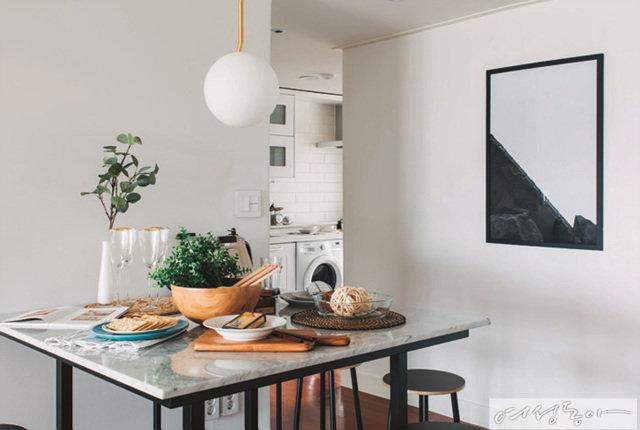 공용으로 사용하는 주방 공간은 테이블과 의자를 놓고 원형 조명을 달아 심플하게 꾸몄다.