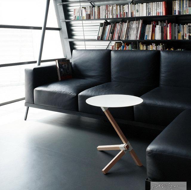 3개의 원목 지지대로 완벽한 균형감을 자랑하는 테이블은 소파나 침대 옆의 사이드테이블로 제격! 원목 지지대 중 긴 라인을 소파나 침대 밑 공간 안쪽으로 조금 더 당기면 앉은 상태 가까이에서 이용할 수 있다. 26만원 챕터원.