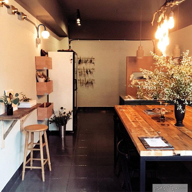 직접 만든 나뭇가지 조명이 눈에 띄는 꽃집 인테리어. 바닥과 천장을 블랙으로 통일해 안정감을 더했다.