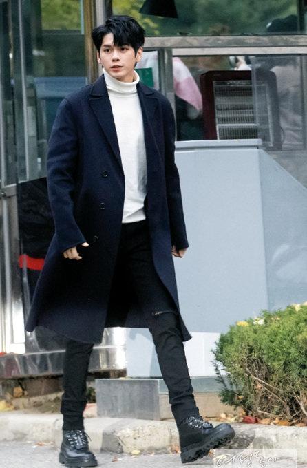 심플한 블랙 코트에 화이트 목폴라. 옹성우 패션의 완성은 얼굴이 한다.
