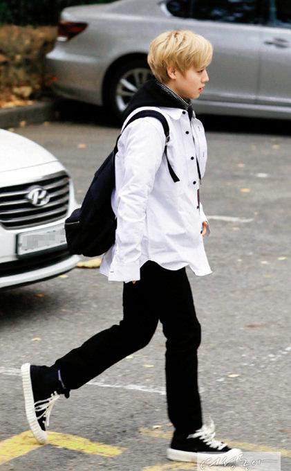 워너원의 10대 라인 대표주자 박지훈이 착용한 스니커즈는 요즘 스타들 사이에서 '핫'하다고 소문난 스니커즈 브랜드 '엑셀시오르' 제품.