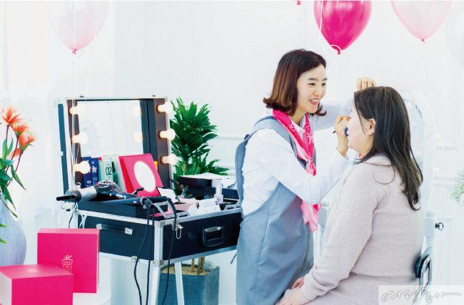 '아모레퍼시픽 메이크업 유어 라이프'는 암 치료 과정에서 외모 변화로 인해 고통 받는 여성 암 환자들에게 자신을 아름답게 가꾸는 노하우를 전수하는 캠페인이다.