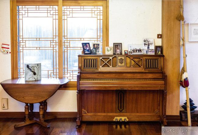 성북동 집 4층에 있던 피아노. 피아니스트인 남편 임동창 선생이 마흔 넘어 할부로 처음 산 보물이라 함께한다.