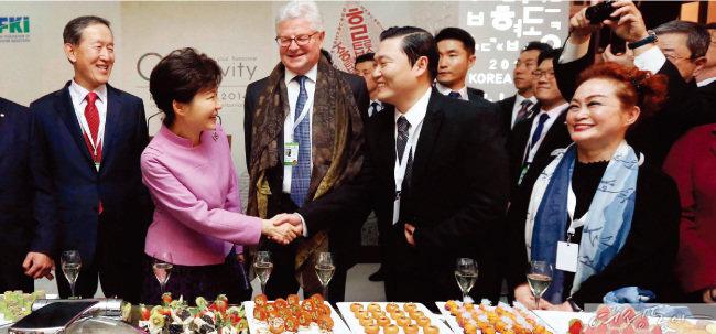 2012년 스위스에서 개최된 다보스포럼 당시 '한국의 밤' 행사에 참석한 박근혜 전 대통령과 이미경 부회장(맨 오른쪽).