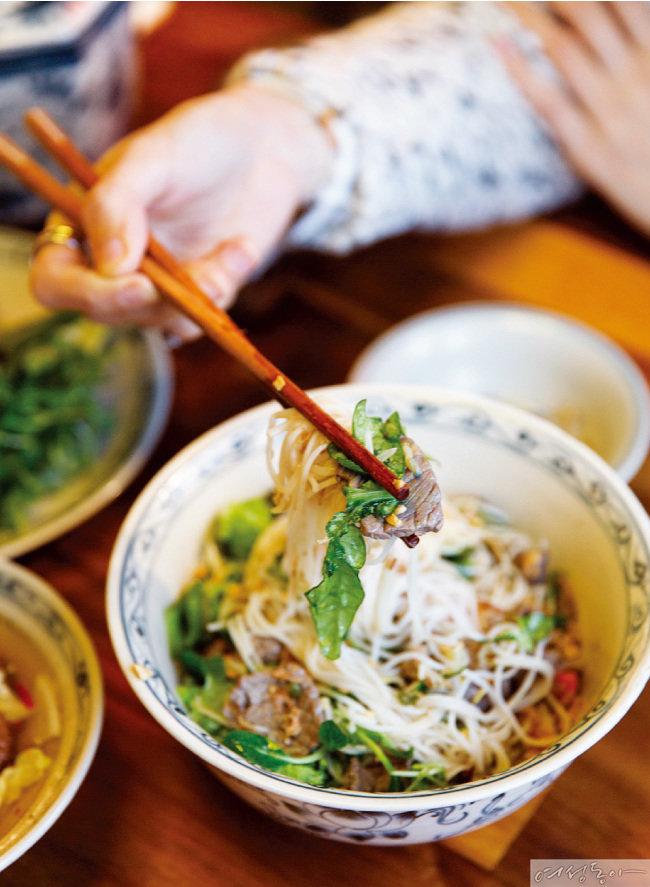하노이 정통 비빔국수인 분보남보는 이곳의 대표 메뉴다.