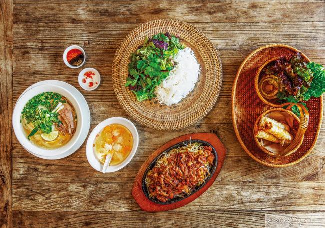 하노이102의 대표 메뉴인 쌀국수와 철판 분짜, 바삭한 넴.