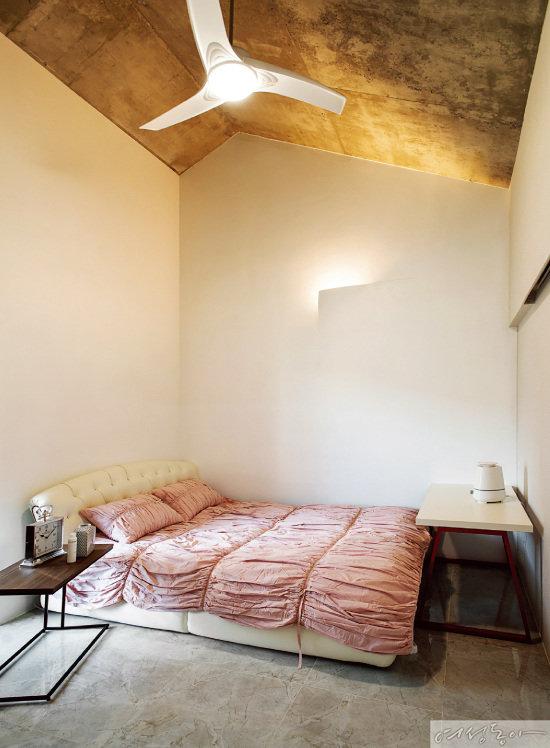 침실은 꼭 필요한 가구만 두고, 아늑한 분위기를 위해 벽지 뒤에 조명을 설치했다