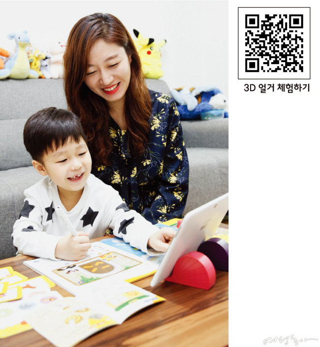 도요새중국어로 재미있게 중국어를 익히고 있는 권시우 군과 어머니 박소라 씨.
