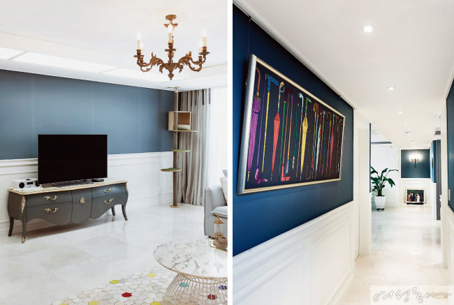 블루 그레이 벽지로 포인트를 주고 클래식한 디자인의 거실장만 두어 심플하게 꾸민 거실.(왼쪽) 웨인스코팅 장식 벽에 유니크한 커다란 우산 그림을 걸어 갤러리처럼 꾸민 복도.