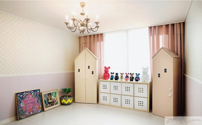5월에 태어날 아이를 위해 만든 방. 은은한 라벤더 컬러 벽지와 핑크 톤 커튼이 사랑스러운 느낌을 자아낸다. 집 모양 옷장 사이에 피규어를 전시해 재미를 더한 아이디어도 Good!